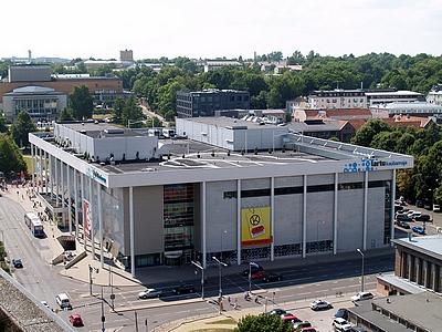 Keskpäevane foto Tartu Kaubamajast, kus taevas on täiesti ära põlenud ja värvid jäävad tuhmiks