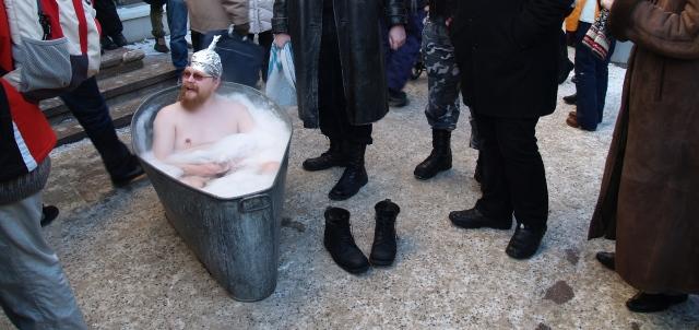 """Andrus Ansipi kriitika ACTA-vastaste aadressil kutsus esile arvukalt vastukaja. Pildil on näha """"mullivannis"""" kümblev meesterahvas fooliumist mütsiga Raekoja platsil Tartus. Ivo Kruusamägi CC BY-SA"""